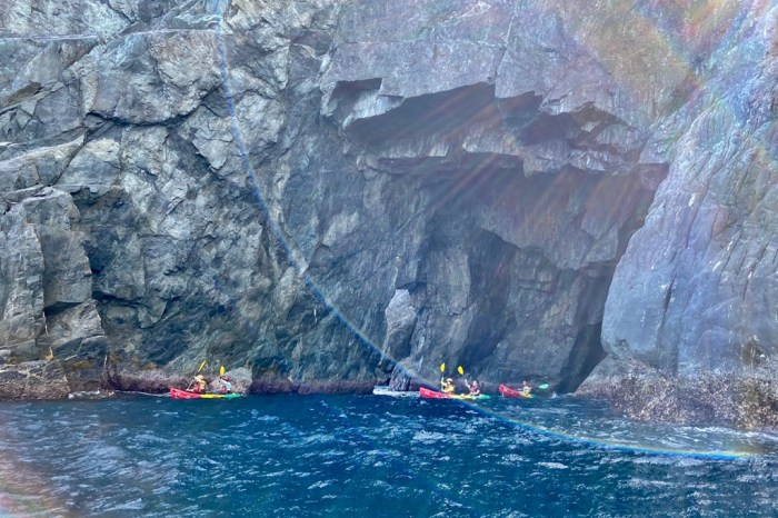 [宜蘭東澳烏角岩]搭乘獨木舟航行在太平洋上 勇闖絕美海蝕洞 與中央山脈起點邂逅的奇幻旅程