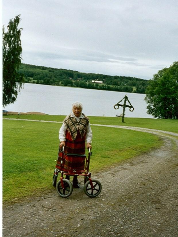 Maj Linné firar midsommar i Åseledräkt 2006 (1)