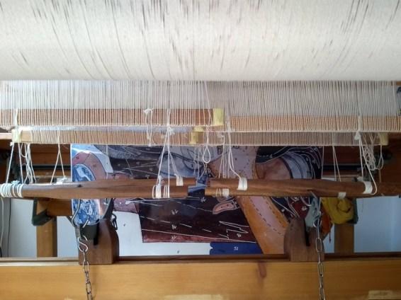 Sous le métier: les pédales, le carton et les barres de lisse