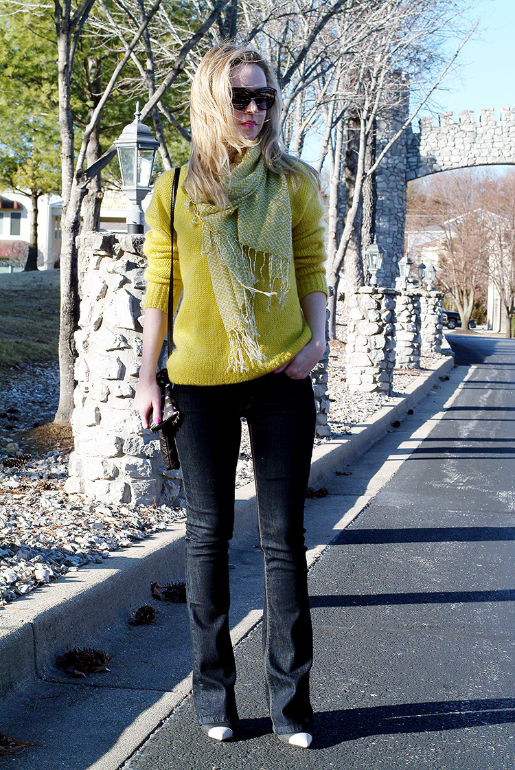 How to wear by AnnRobieFashion: Yellow chunky oversized sweater and jeans