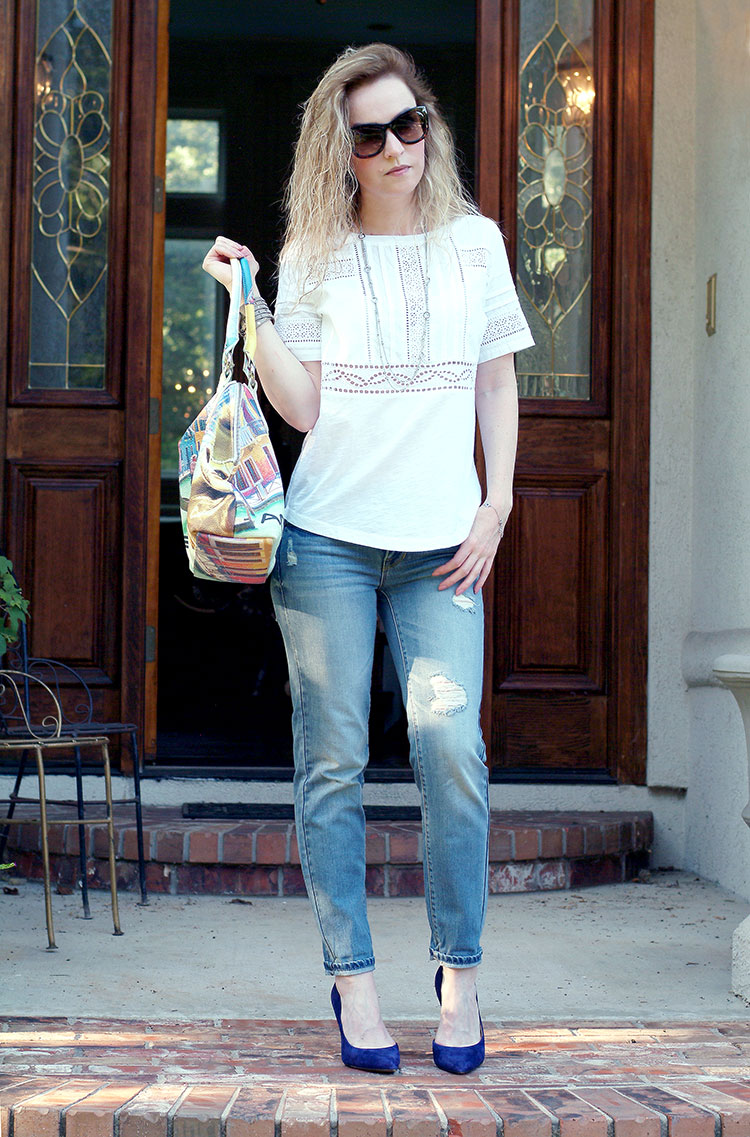 Casual outfit with a linen embroidered T-Shirt Ann Taylor and boyfriend jeans by petite style blogger AnnRobieFashion