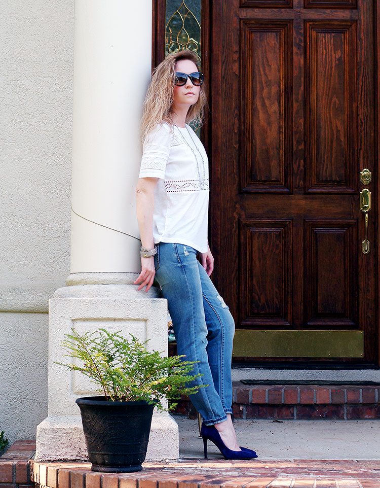 Casual look with a linen embroidered T-Shirt Ann Taylor and boyfriend jeans by petite style blogger AnnRobieFashion