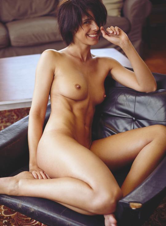 fille nue sur son fauteuil