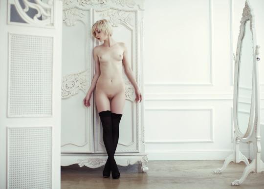 blonde aux cheveux courts entièrement nue