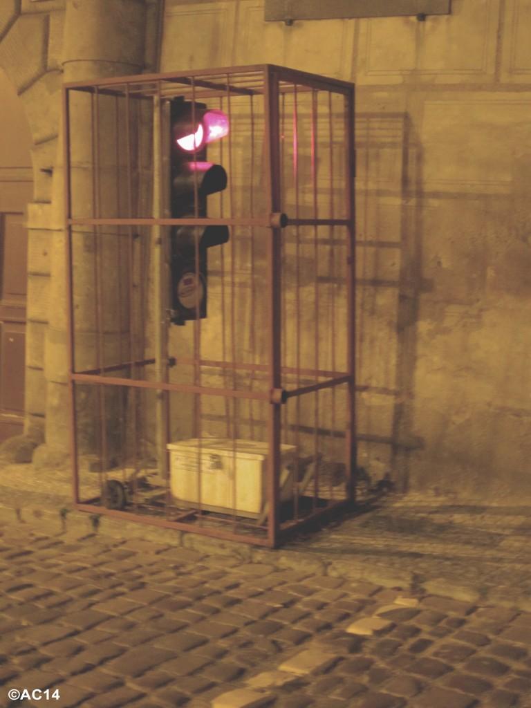 Ampel in Käfig