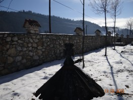 Zidul Manastirii Lupsa - paralel cu soseaua Campeni-Turda
