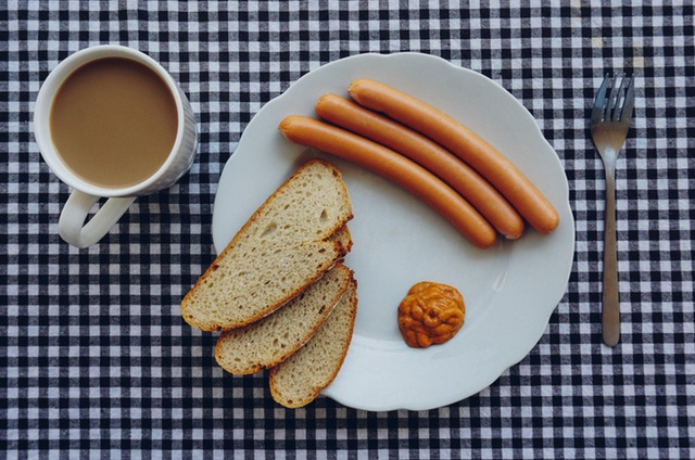 bread-coffee-wurst-breakfest-7789