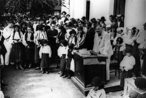 Dimitrie Gusti tinand o cuvantare in fata satului Dragus 1929