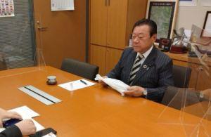 元東京五輪・パラリンピック担当相の桜田義孝衆院議員、新任の山口環境相に、「地域の皆様から、レジ袋についてのご要望を頂いております」「レジ袋有料化のメリットデメリットについて、山口環境大臣に直接ご相談をさせていただきました」⇒ 3.3万いいね!
