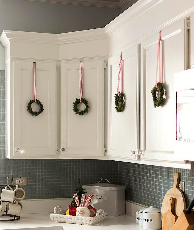 christmas-kitchen-wreaths via it all started with paint