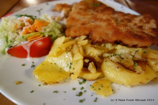 Schnitzel with salad and roasted potatoes