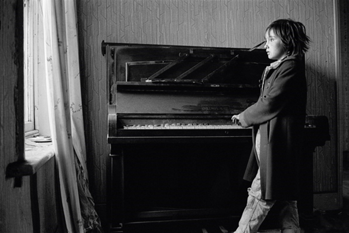 02 Heather playing piano,1971, Byker, Sirkka-Liisa