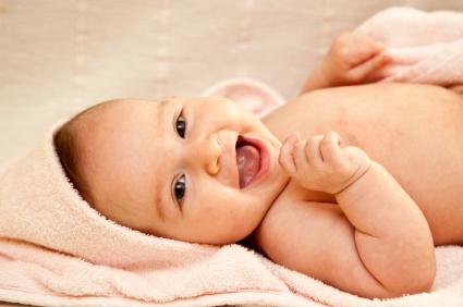 senyum ceria bayi