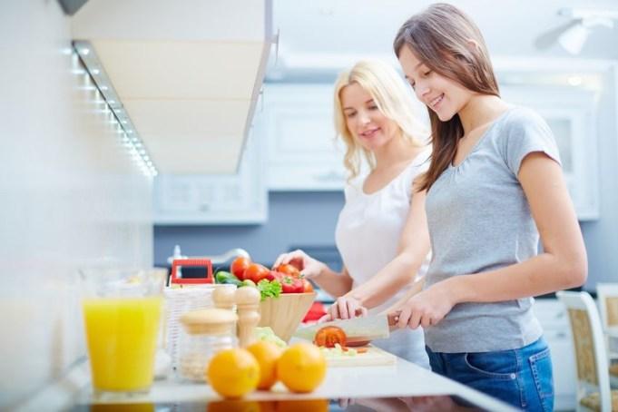 memasak menggunakan peralatan rumah tangga di dapur