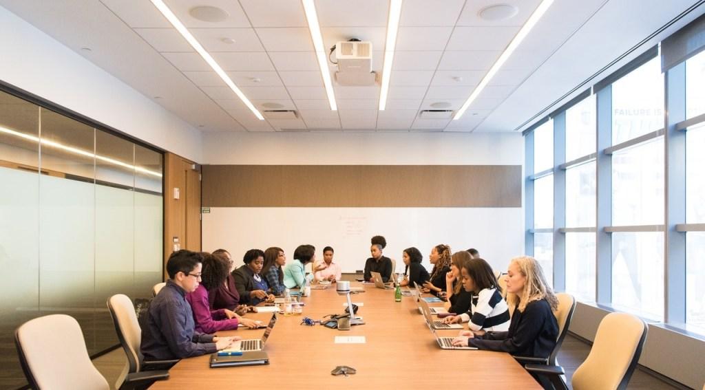 Riunione aziendale per cambiare il contratto collettivo