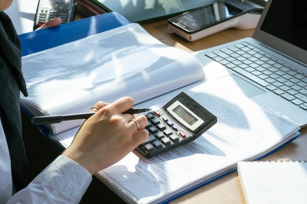 Professionista calcola il costo del lavoro e TFR