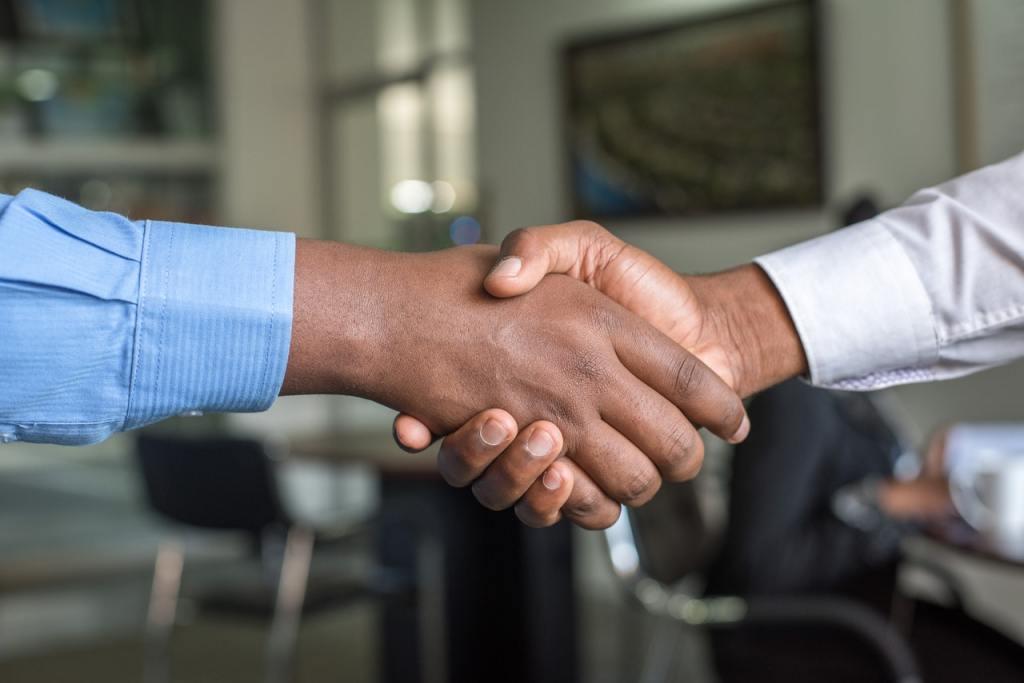 Due persone stringono la mano dopo aver raggiunto un accordo