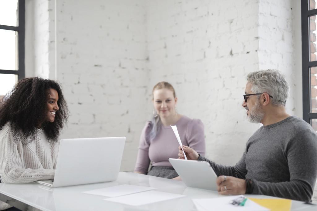 Riunione con consulente del lavoro e imprenditori per trattativa sui contratti di secondo livello