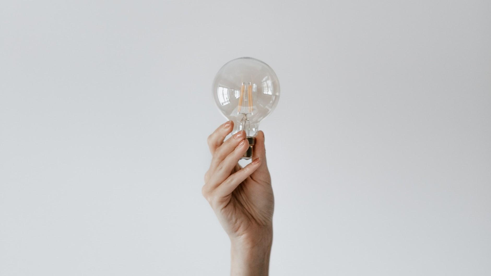 Come prendere una decisione etica - Mano che regge una lampadina