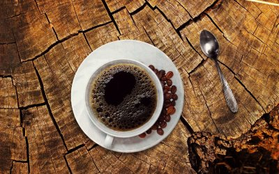 Descubre la razón del plato que acompaña a tu taza de café