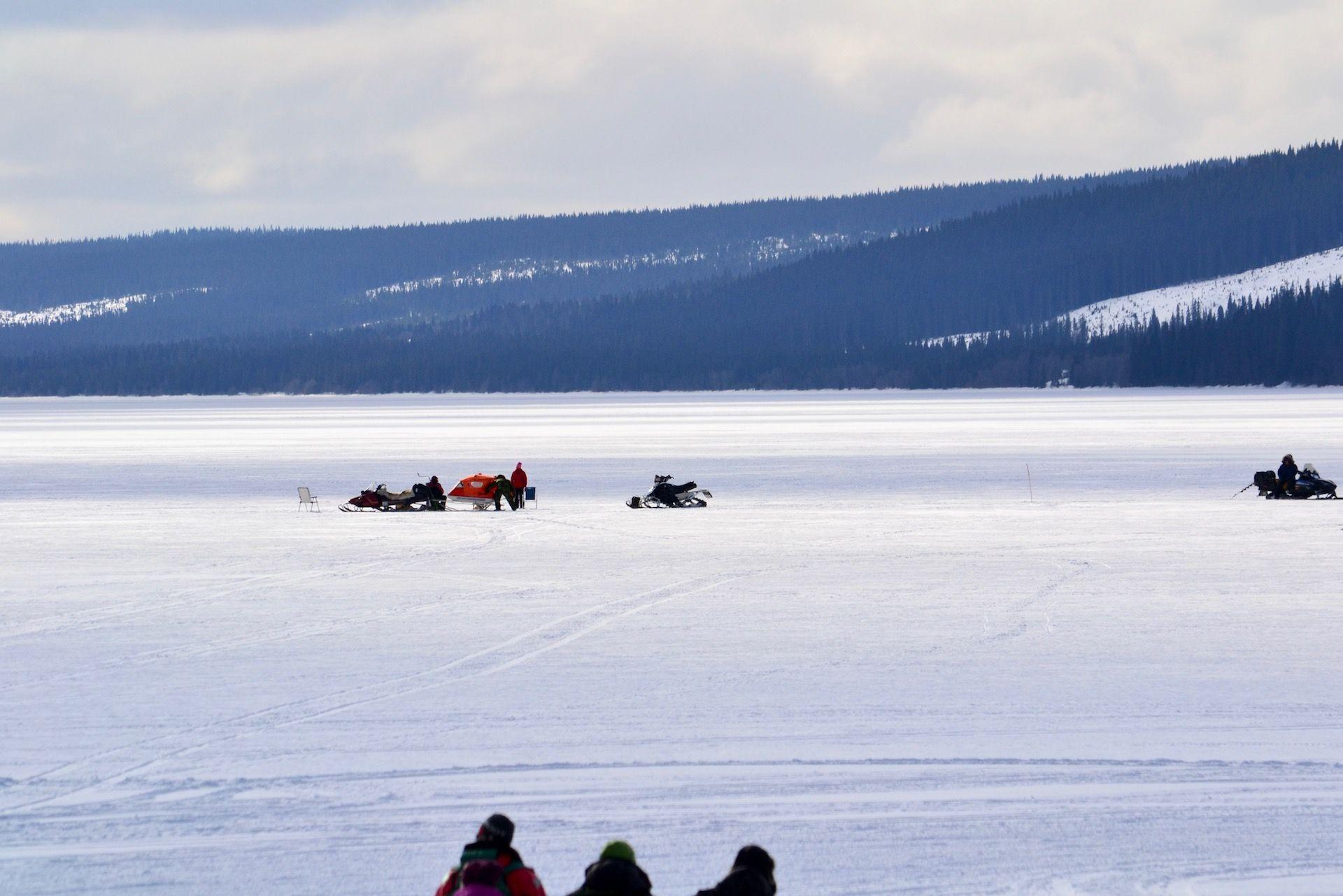 Pimpelfiske på isen på Åkersjön. Foto © flyttatillfjallen.se