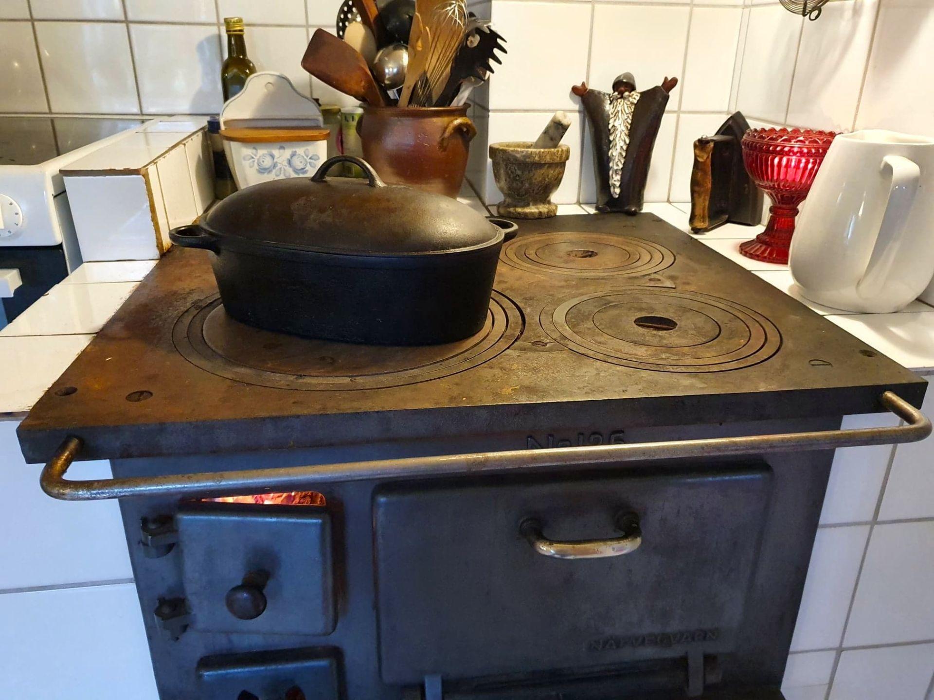 Vid vedspisen i Rötviken, middag och värme på samma gång. Foto © Maritha Grelsson.