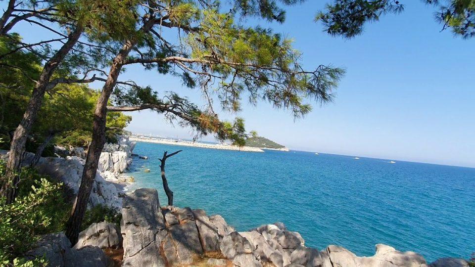 Küçük Çaltıcak Piknik Alanı Kayalıklardan Deniz ve Sıçan Adası Manzarası Antalya Gezi Tatil