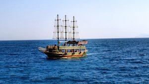 Antalya yat limanından manzaralar balıkçı iskelesi ve tur tekneleri