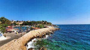 Yat Limanınından deniz manzarası kayalıklar ve dalgalar