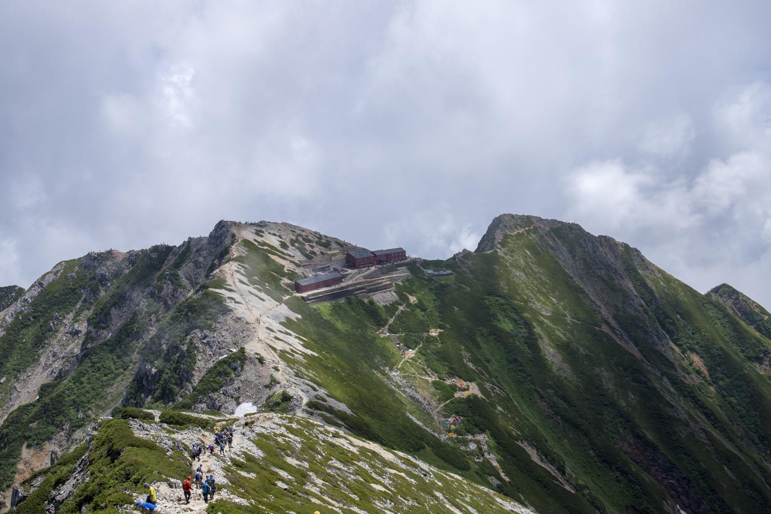 稜線上に建つ唐松岳頂上山荘は、まさに「天空の山小屋」