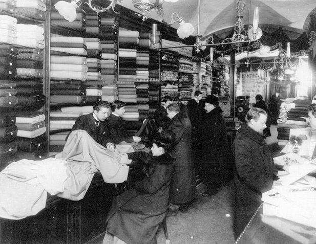 Внутренний вид мануфактурного магазина Au printemps (бывший Аравин) во время торговли. (Мебельный ряд, Екатерининский канал, пом.29-30)