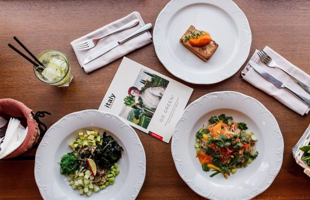 Зеленый боул, фунчоза с овощами и стейк из тофу