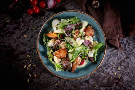 Микс салат, томаты черри, перепелиное яйцо, стружка цуккини, семечки тыквы, хаус дрессинг