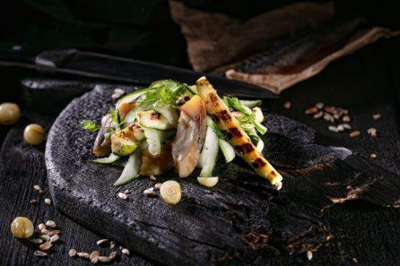 Скумбрия с жареным кабачком, огурцом и маринованным крыжовником собствен-ного приготовления под ароматным маслом «Аленушка»