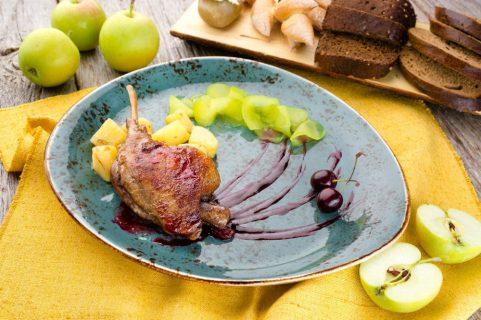 Жаркое из утиных ножек, тушеных с яблоками и вяленой клюквой