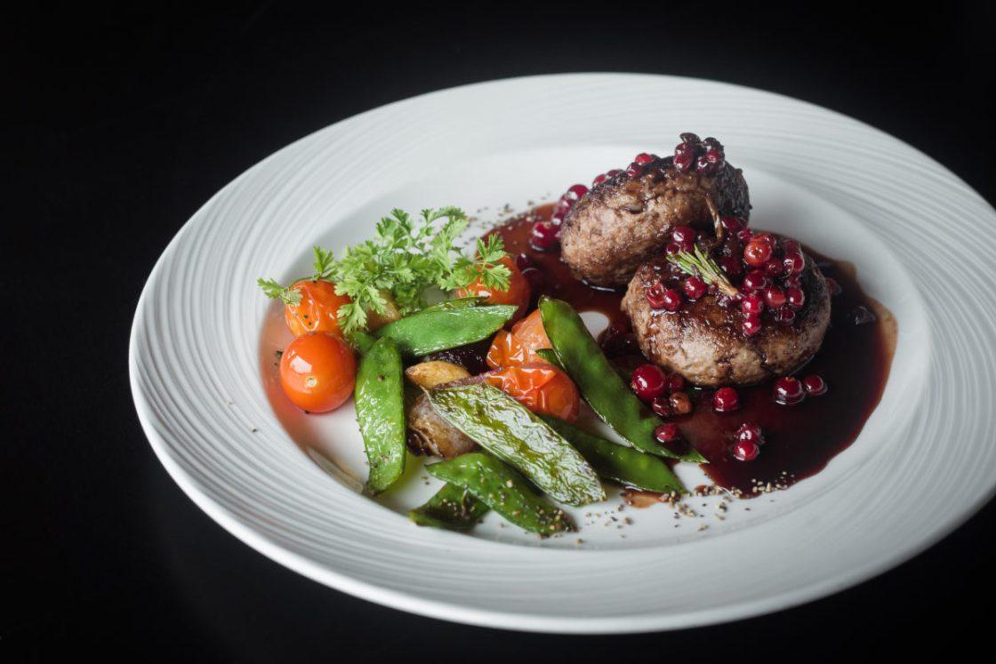 Рецепт «Котлеты из оленя с брусничным соусом»