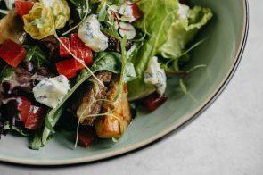 LOLA_Teplyi salat s govyadinoyi_artishikami_golubym syrom-071