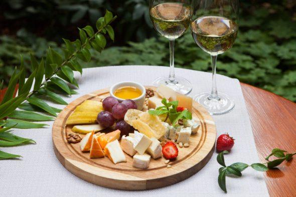 Сырная тарелка с грушей, виноградом и мёдом