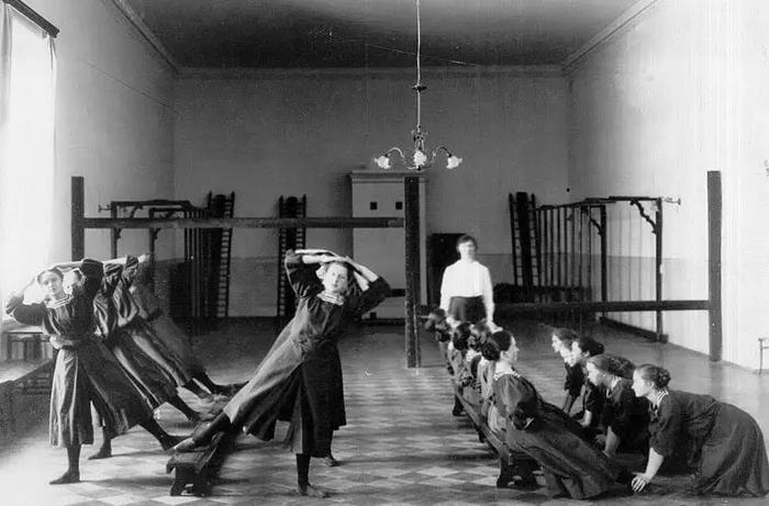 Спортивные занятия воспитанниц Смольного института