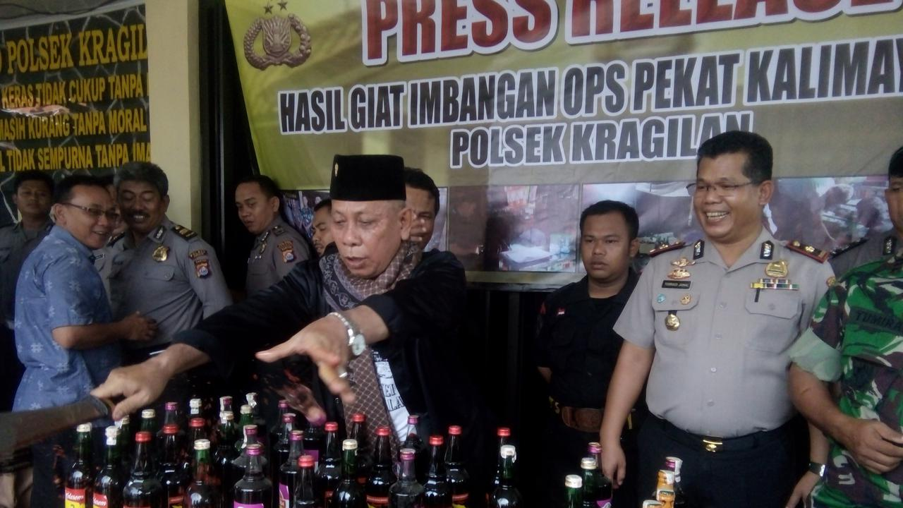 Kesal, Jawara Banten Pecahkan Botol Miras dengan Golok
