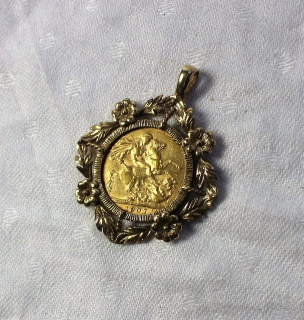 An Edward VII gold sovereign dated 1907 in a 9ct yellow gold slip pendant setting, overall weight approximately 13.7 grams. Sold for £250 at Anthemion Auctions