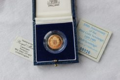 Lot 88 - Sold for £300- An Elizabeth II presentation half gold sovereign, 500th anniversary of the first gold sovereign 1489-1989, number 00920, in plastic presentation box and blue box with certificate