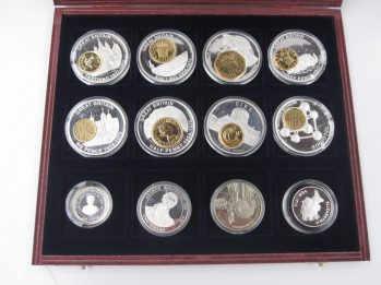 A collection of commemorative coins in plastic slip case and presentation case Sold for £32 at Anthemion Auctions