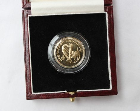 A 1989 Welsh Gold medallion, dated 1989, 1/4 oz of Welsh gold, proof, cased. Sold for £980 at Anthemion Auctions