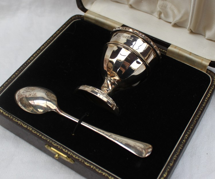An Elizabeth II silver egg cup and spoon set – Lot 341
