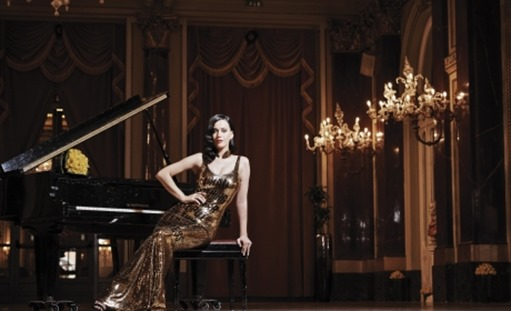 woman-piano