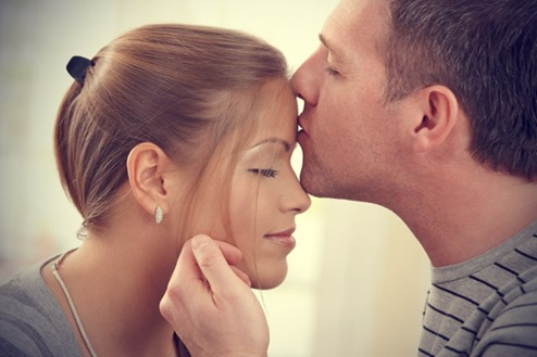 couple-forhead-kiss