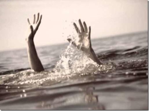 hands-in-sea