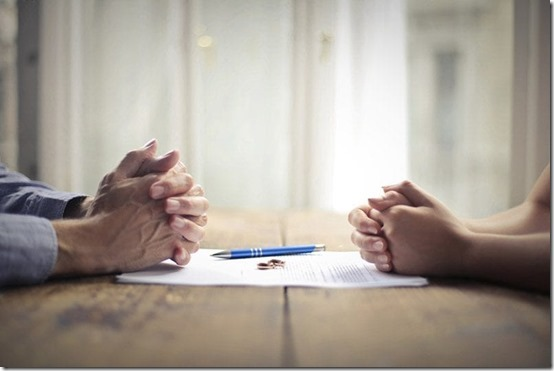 couple-agreeing-to-divorce-2