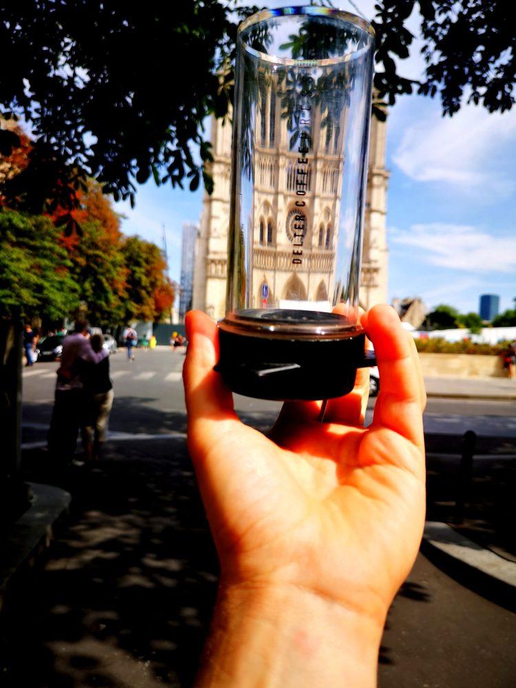 La delter coffee press devant notre dame de Paris